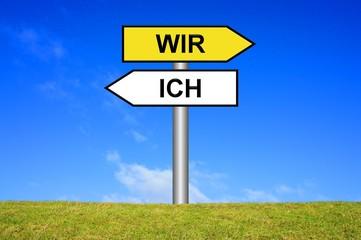 Schild Wegweiser: Ich / Wir