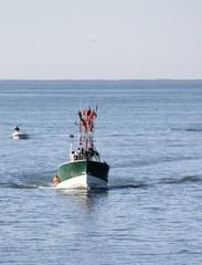 chalutier rentrant au port de pêche