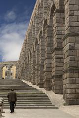 Acueducto de Segovia y señor paseando.
