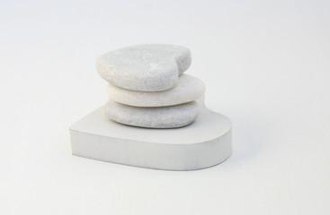 galets empilés,forme coeur,fond blanc