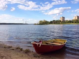 лодка на берегу реки Волга