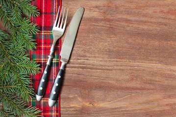 Weihnachtliches Gedeck auf Holz