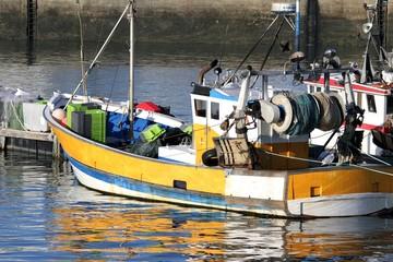 chalutier dans un port de pêche