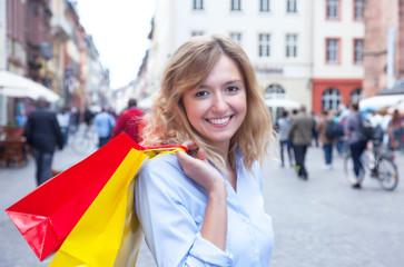 Frau beim Einkaufen in der Stadt