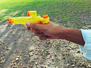 Mano con pistola ad acqua
