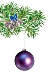 Boule de Noël violette suspendue à une branche de sapin