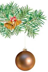 Boule de Noël cuivrée suspendue à une branche de sapin