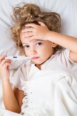 bambina a letto con la febbre
