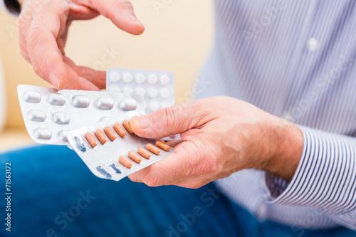 canvas print picture Senior nimmt zuhause Tabletten