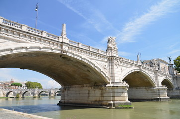 Malowniczy widok namost Vittorio Emanuelle II w Rzymie, Włochy