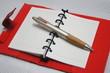 赤い手帳とペン