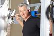 Mann stemmt Langhantel im Fitnesscenter