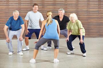Senioren bewegen sich zu Musik im Tanzkurs