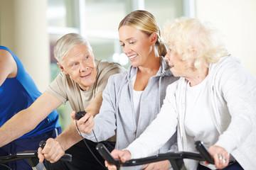 Fitnesstrainerin stoppt Zeit für Senioren