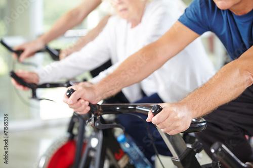 canvas print picture Hände von Senioren im Fitnesscenter