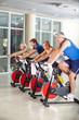 Gruppe Senioren beim Spinning im Fitnesscenter