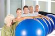 Fitnesstraining mit Gymnastikball im Rehazentrum