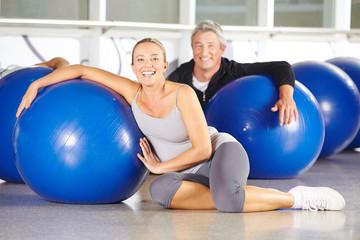 Senioren mit Gymnastikball im Fitnesscenter