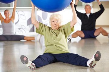 Seniorin beim Rückentraining im Fitnesscenter