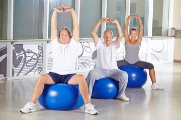 Senioren beim Stretching im Fitnesscenter
