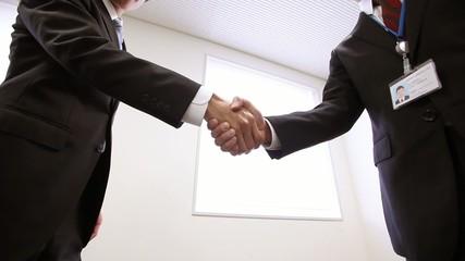 取引先との固い握手_1