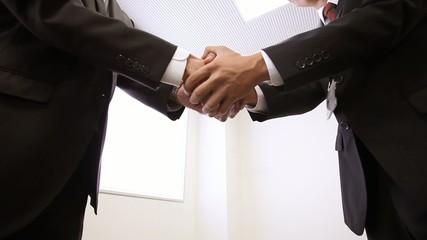 取引先との固い握手_2