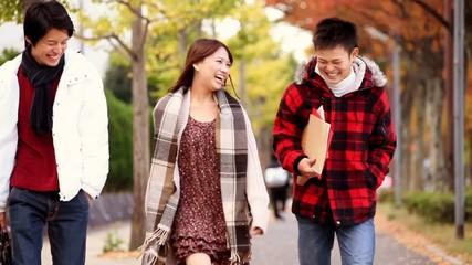 紅葉のなかを歩く若者たち_1