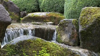 Wasserfall in einem Steigarten
