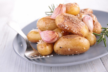 baked potatoes with garlic