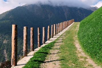 Holzpfosten an einem Bergweg im Schnalstal Südtirol
