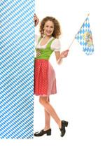 Frau in Tracht mit Bayerfahne