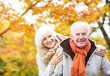 Aktives Rentnerpärchen im Herbst - 71581569