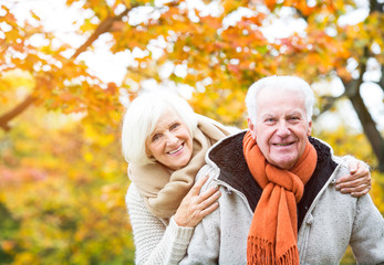 Aktives Rentnerpärchen im Herbst