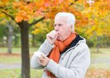 Fototapety Senior Mann mit Taschentuch beim Husten