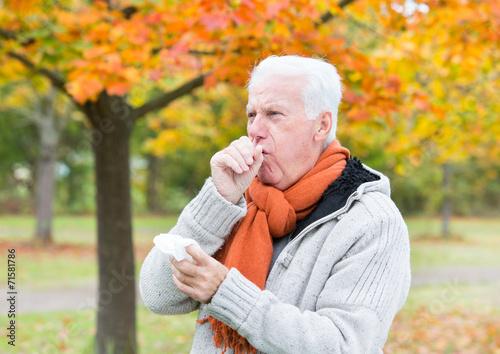 Fototapeta Senior Mann mit Taschentuch beim Husten