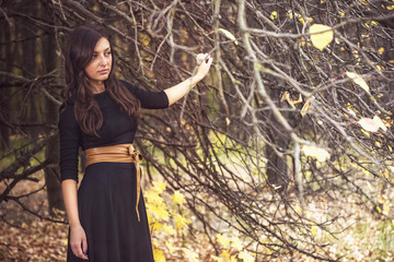 Портрет красивой женщины в осеннем лесу