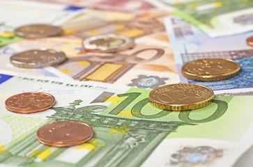 Euro Geldscheine mit Cent Münzen