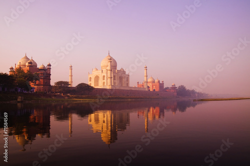 Fotobehang Bedehuis Beautiful Scenery Of Taj Mahal And A Body Of Water
