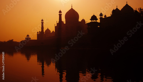 Fotobehang Bedehuis Sunset Silhouette Of A Grand Taj Mahal