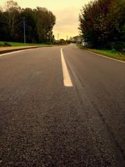 strada vuota rettilineo con curve