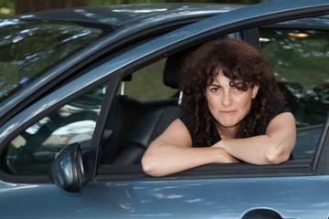 femme à l'avant de son véhicule