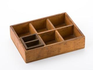 Alter Setzkasten aus Holz mit Einsatz - schräg
