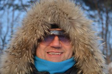 Мужчина в зимней шапке.