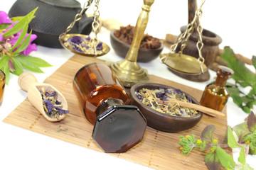 chinesische Medizin mit Pflanzen und Waage