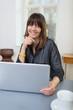 entspannte frau im besprechungsraum mit laptop