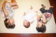 赤ちゃんと笑顔の姉弟