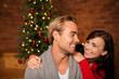 canvas print picture - glückliches paar feiert weihnachten zusammen