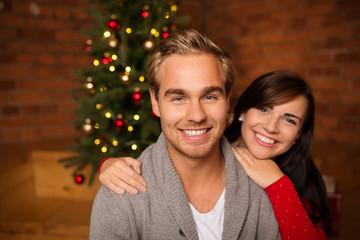 glückliches junges paar am weihnachtsabend