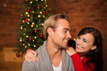 glückliches paar feiert weihnachten zusammen