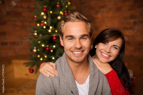 canvas print picture glückliches junges paar am weihnachtsabend
